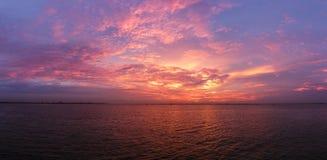 Das Meer und die Wolke in der goldenen Stunde stockbilder