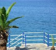 Das Meer und eine Palme - Erholungsort lizenzfreie stockbilder