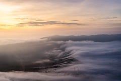 Das Meer von Dorf Nebelabdeckung Cemero Lawang während des Sonnenaufgangs lizenzfreie stockfotografie