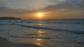 Das Meer wird durch den Sonnenaufgang belichtet Lizenzfreie Stockfotos