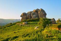 Das Megalith moorstone auf dem Alpenwiesesonnenuntergang Lizenzfreies Stockfoto