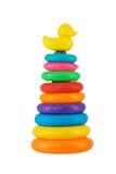 Das mehrfarbiges Plastikstapeln schellt das Spielzeug, das auf Weißrückseite lokalisiert wird Stockfotos