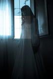 Das merkwürdige geheimnisvolle Mädchen lizenzfreie stockfotos