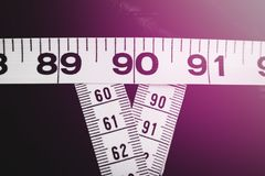 Das Messen nimmt das Zeigen 90-60-90 als ideale Parameter für Frauen auf Stockfotos