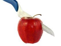 Das Messer schneidet den roten getrennten Apfel Lizenzfreie Stockbilder