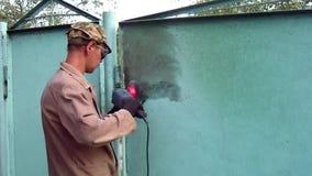 Das Metall säubern, das hilft, jedes mögliches Metallprodukt wieder herzustellen! stock video footage