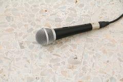 Das Mikrofon, das auf Bodenmarmor dynamisch ist, polierte Steinhintergrund stockbilder