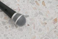 Das Mikrofon, das auf Bodenmarmor dynamisch ist, polierte Steinhintergrund lizenzfreie stockfotografie