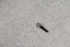 Das Mikrofon, das auf Bodenmarmor dynamisch ist, polierte Steinhintergrund lizenzfreie stockfotos