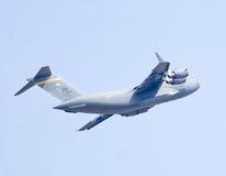 Das Militär Boeing C-17 Globemaster III transportiert Flugzeuge Stockfotografie