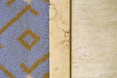 Das Mit Teppich auslegen trifft den Steinbodenbelag, fotografiert von oben lizenzfreies stockfoto