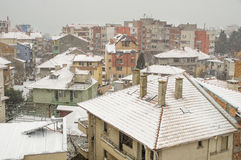 Das mit Ziegeln gedeckte Dach unter dem Schnee Pomorie, Bulgarien Stockfotos