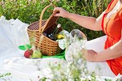 Das Mittagessen draußen genießen, Picknick Stockfoto