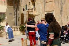 Das mittelalterliche Festival und die Touristen Mdina Stockfotos