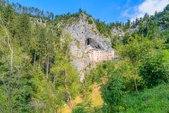 Das mittelalterliche Schloss Predjama lizenzfreie stockfotografie