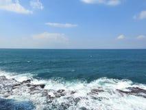 Das Mittelmeer vor der Küste der alten Stadt des Morgens israel Lizenzfreies Stockfoto