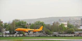 Das Mittelstreckenpassagierpassagierflugzeug landet Lizenzfreie Stockfotos
