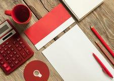 Das Modell auf hölzernem Hintergrund mit Rot Stockbild