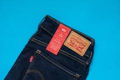 Das Modell 712 der Levi's-Denim-Jeans-Frauen dünn mit Markenetiketts stockfotos