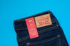 Das Modell 712 der Levi's-Denim-Jeans-Frauen dünn mit Markenetiketts lizenzfreie stockfotografie