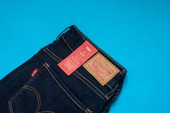 Das Modell 712 der Levi's-Denim-Jeans-Frauen dünn mit Markenetiketts stockbild