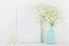 Das Modell des Bilderrahmens verziert blüht im Vase auf weißem Hintergrund mit sauberem Raum für Text und entwirft Ihr blogging Stockbilder
