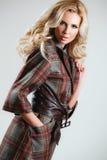 Das Modell kommt auf die Brücke während einer Modeschau Lizenzfreie Stockfotografie