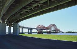 Das moderne Automobil und die Fußbrücke Stockfoto