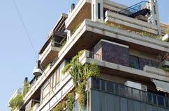 Das moderne mehrstöckige Gebäude, Anlagen auf balconi Lizenzfreies Stockbild