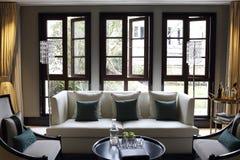 Blaue Kissen Auf Sofa Mit Schwarzer Lampe Im Wohnzimmer ...