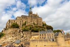 Das Mont Saint Michel-Dorf und -abtei stockbild