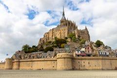 Das Mont Saint Michel-Dorf und -abtei lizenzfreie stockfotos