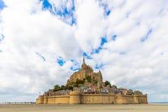 Das Mont Saint Michel-Dorf und -abtei stockbilder