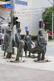 Das Monument eines anonymen Passanten, Übergang, Skulpturen von Leuten, Breslau, Polen Stockbilder
