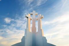 Das Monument mit drei Kreuzen, das alte Stadt Vilnius auf Sonnenuntergang übersieht Vilnius-Landschaft vom Hügel von drei Kreuzen Stockfotos