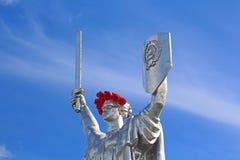 Das Monument Mutter-Mutterland verziert mit einem Kranz von Mohnblumen Stockfotografie