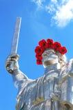 Das Monument ` Mutter-Mutterland ` verziert mit einem Kranz von Mohnblumen am Tag der Erinnerung und der Versöhnung Lizenzfreies Stockbild