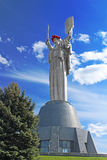 Das Monument ` Mutter-Mutterland ` verziert mit einem Kranz von Mohnblumen am Tag der Erinnerung und der Versöhnung Lizenzfreies Stockfoto