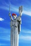 Das Monument ` Mutter-Mutterland ` verziert mit einem Kranz von Mohnblumen am Tag der Erinnerung und der Versöhnung Lizenzfreie Stockbilder