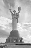 Das Monument ` Mutter-Mutterland ` verziert mit einem Kranz von Mohnblumen am Tag der Erinnerung und der Versöhnung in Kyiv, Ukra Lizenzfreie Stockfotografie