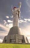 Das Monument ` Mutter-Mutterland ` verziert mit einem Kranz von Mohnblumen am Tag der Erinnerung und der Versöhnung in Kyiv, Ukra Stockbild