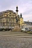 Das Monument von Adam Mickiewicz, eine Spalte des Granits, der Bronze und der Vergoldung, eine Straße in der Mitte von Lemberg, U Stockfoto
