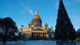 Das Monument von Russland: ` S St. Isaac Kathedrale im St- PetersburgStadtzentrum am klaren eisigen Wintertag Lizenzfreies Stockfoto