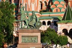 Das Monument zu Minin und zu Pozharsky auf Rotem Platz in Moskau stockfoto