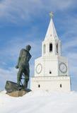 Das Monument zu Musa Dzhalil und der Spasskaya-Turm des Kaza stockbild