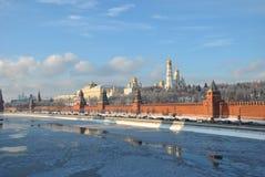 Das Moskau Kremlin im Winter stockbilder