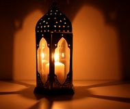 Das moslemische Fest des heiligen Monats von Ramadan Kareem Schöner Hintergrund mit einer glänzenden Laterne Freier Raum für Ihr stockfoto
