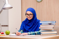Das moslemische Mädchen, das für Aufnahmeprüfungen sich vorbereitet Stockfotografie