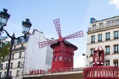 Das Moulin Rouge Kabarett in Paris Stockbilder