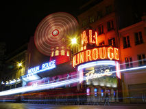Das Moulin Rouge nachts, Montmartre, Paris Stockbilder